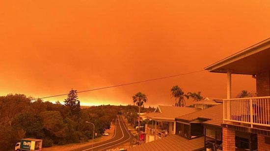 السماء ملونة باللون البرتقالى بسبب الحرائق