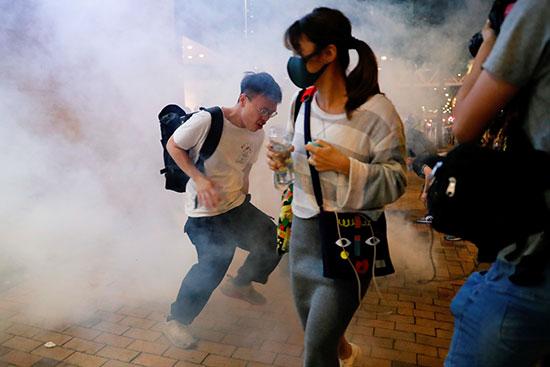المتظاهرون خلال الهروب من الغاز المسيل للدموع