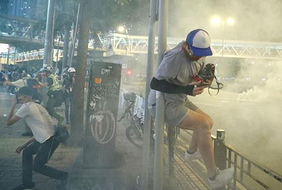 محتجون يواجهون قوات الأمن