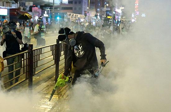 المحتجون يحاولون الصمود وسط الغاز المسيل للدموع