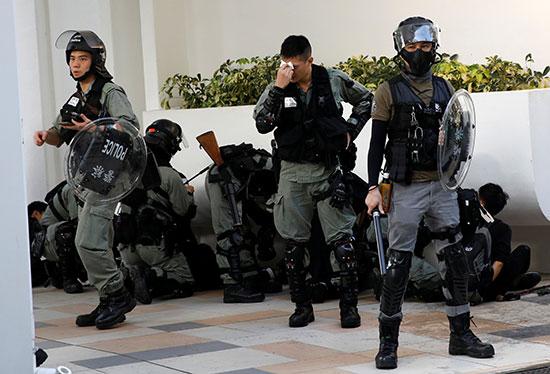 أفراد قوات الأمن خلال محاولات فض الإحتجاجات