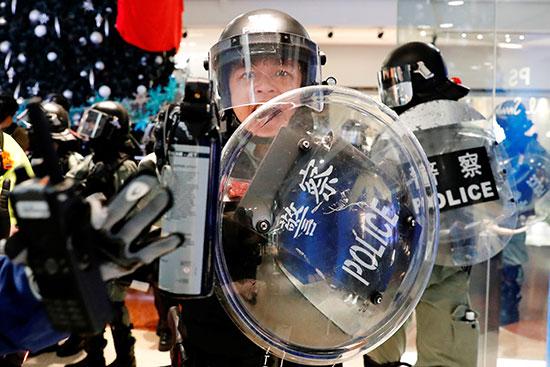 شرطة مكافحة الشغب تحمل رذاذ الفلفل
