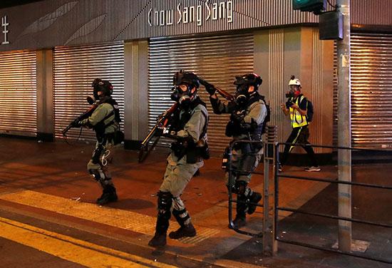 قوات أمن خلال مواجهة المحتجين