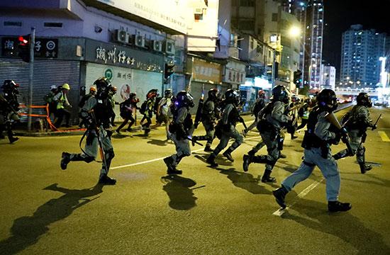 قوات مكافحة الشغب يتوجون نحو المحتجين