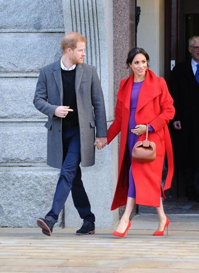 معطف باللون الأحمر