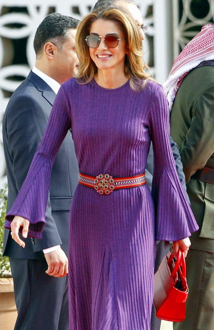 الملكة رانيا بفستان بنفسجى