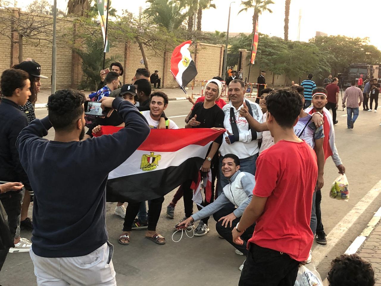 الجماهير في محيط استاد القاهرة