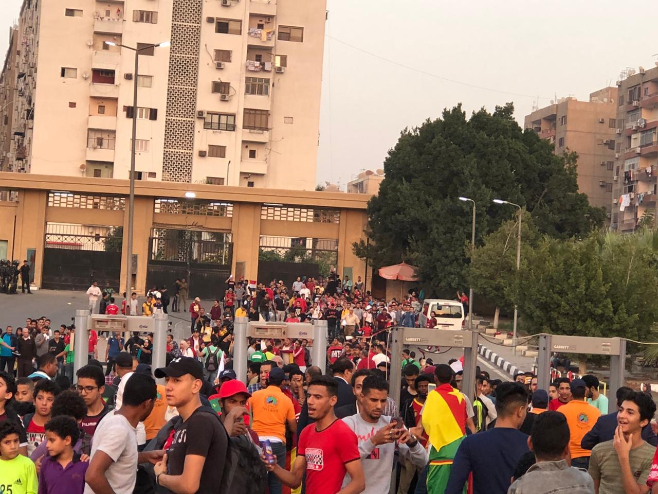 الجماهير تتوافد علي استاد القاهرة