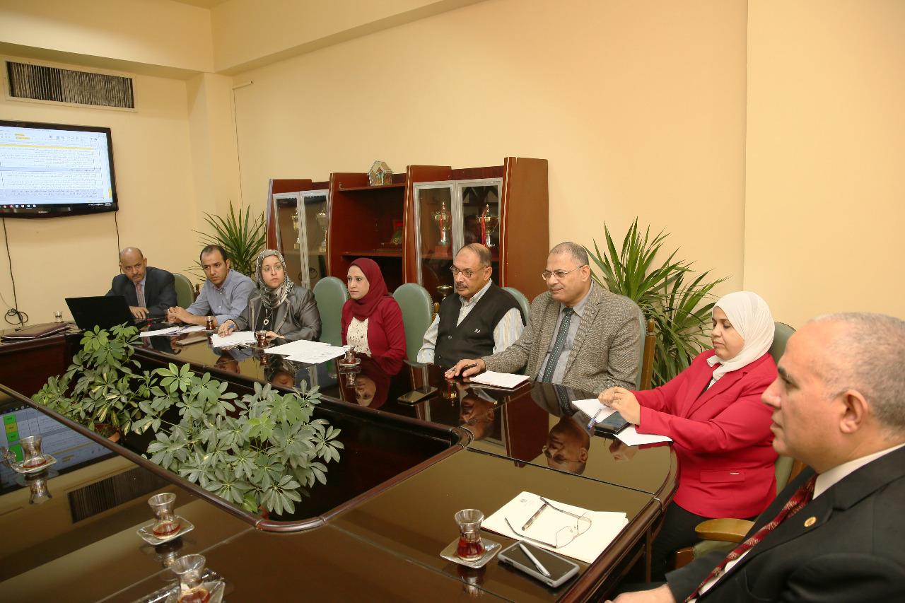 اجتماع وزير الرى بـالمعنيين بدراسة تحديث الامكانات والسحب الامن للخزانات الجوفية بمصر  (2)