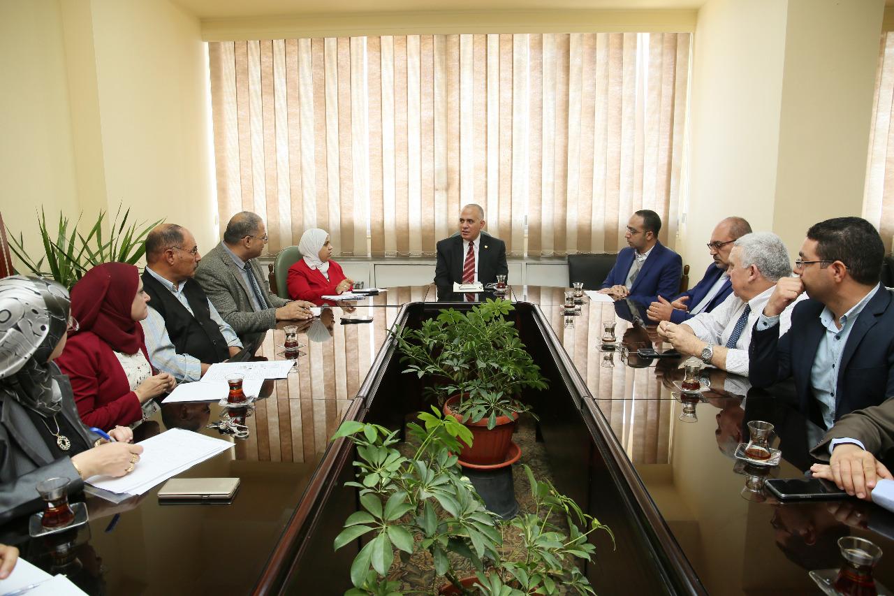 اجتماع وزير الرى بـالمعنيين بدراسة تحديث الامكانات والسحب الامن للخزانات الجوفية بمصر  (1)