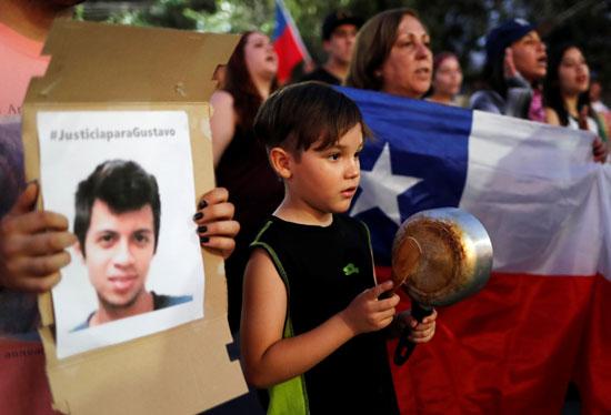 طفل يشارك فى الاحتجاج