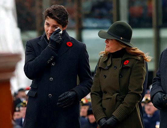رئيس-الوزراء-الكندي-جاستن-ترودو-يمسح-دموعه-في-النصب-التذكاري-للحرب-الوطنية-في-يوم-الذكرى-في-أوتاوا