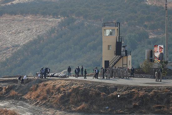 يصلي الجنود الأردنيون بينما يتجول الآخرون في منطقة باقورة في المنطقة الحدودية بين إسرائيل والأردن