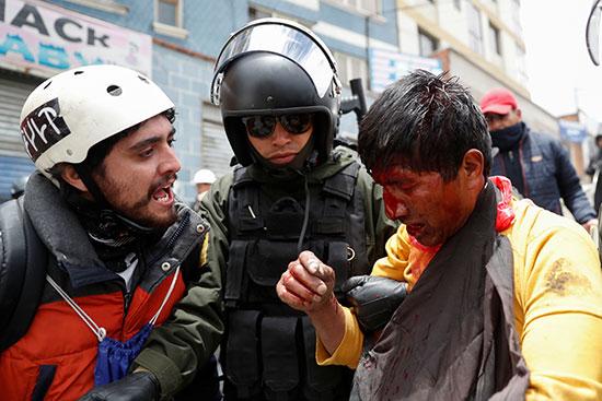 شرطة بوليفيا تحتجز متظاهر خلال اشتباكات بين أنصار الرئيس البوليفي إيفو موراليس وأنصار المعارضة