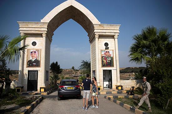 الناس يشقون طريقهم لزيارة جزيرة السلام في منطقة باقورة على الجانب الأردني من الحدود مع إسرائيل