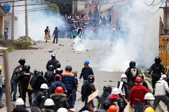 الشرطة البوليفية تطلق قنابل الغاز المسيل للدموع لتفريق الاشتباكات