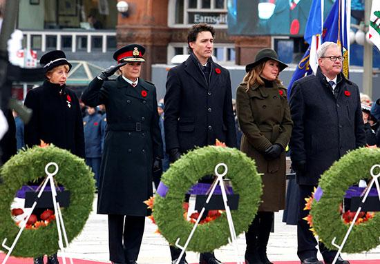 الأم الصليب -الفضية-راين-داوي-والحاكم-العام-في-كندا--ورئيس-الوزراء-وزوجته-ووزير-شؤون-المحاربين-القدامى