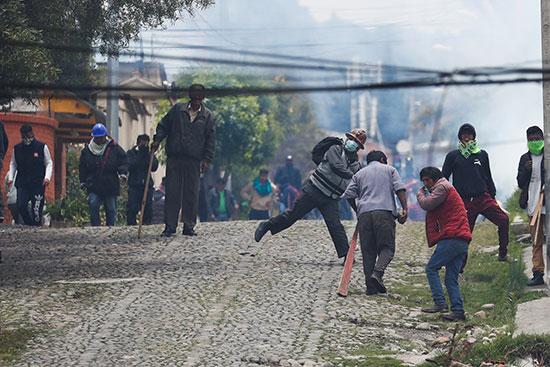 اشتبك أنصار الرئيس البوليفي إيفو موراليس وأنصار المعارضة خلال احتجاج بعد إعلان موراليس استقالته