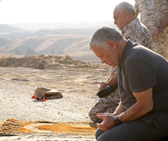 العاهل الأردني الملك عبد الله يصلي أثناء مشاركته في حفل استعادة منطقتي