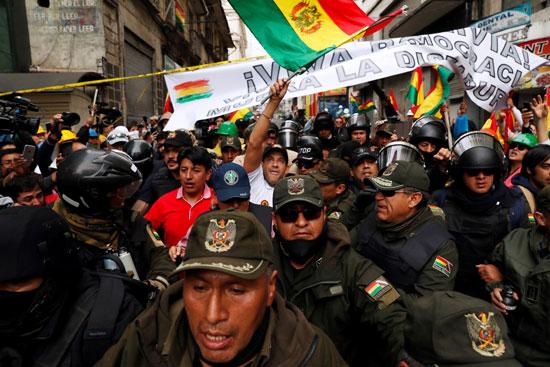 امتلاء الشوارع بالشباب المحتفل