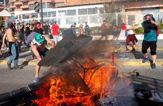 اضرام النيران فى شوارع تشيلى