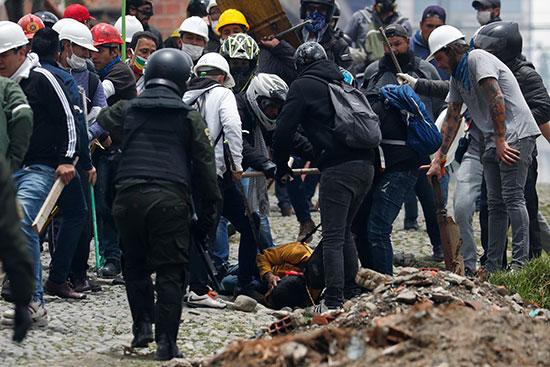 رجل يتعرض للضرب أثناء المواجهات بين أنصار الرئيس البوليفي إيفو موراليس وأنصار المعارضة