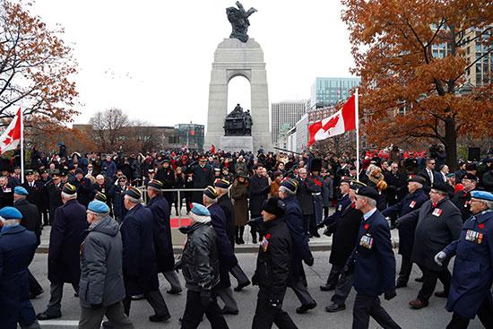 رئيس-الوزراء-الكندي-جاستن-ترودو-يشاهد-موكب-قدامى-المحاربين-الكنديين-في-النصب-التذكاري-للحرب-الوطنية