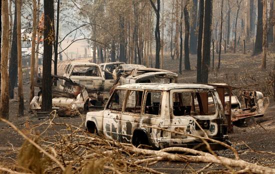 النيران دمرت عددا من السيارات