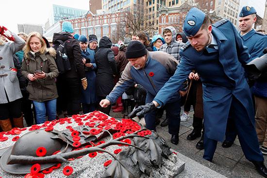 جنود-ومراطنون-كنديون-يضعون-الخشخاش-على-قبر-الجندي-المجهول-في-ذكرى-الحرب-الوطنية