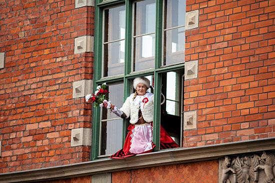 93704-سيدة-بولندية-تشاهد-احتفالية-يوم-الاستقلال-من-نافذة-منزلها