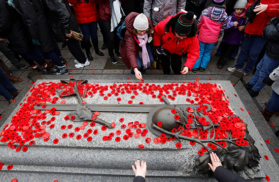 الكنديون-يضعون-الخشخاش-على-قبر-الجندي-المجهول-في-ذكرى-الحرب-الوطنية-في-يوم-الذكرى-في-أوتاوا