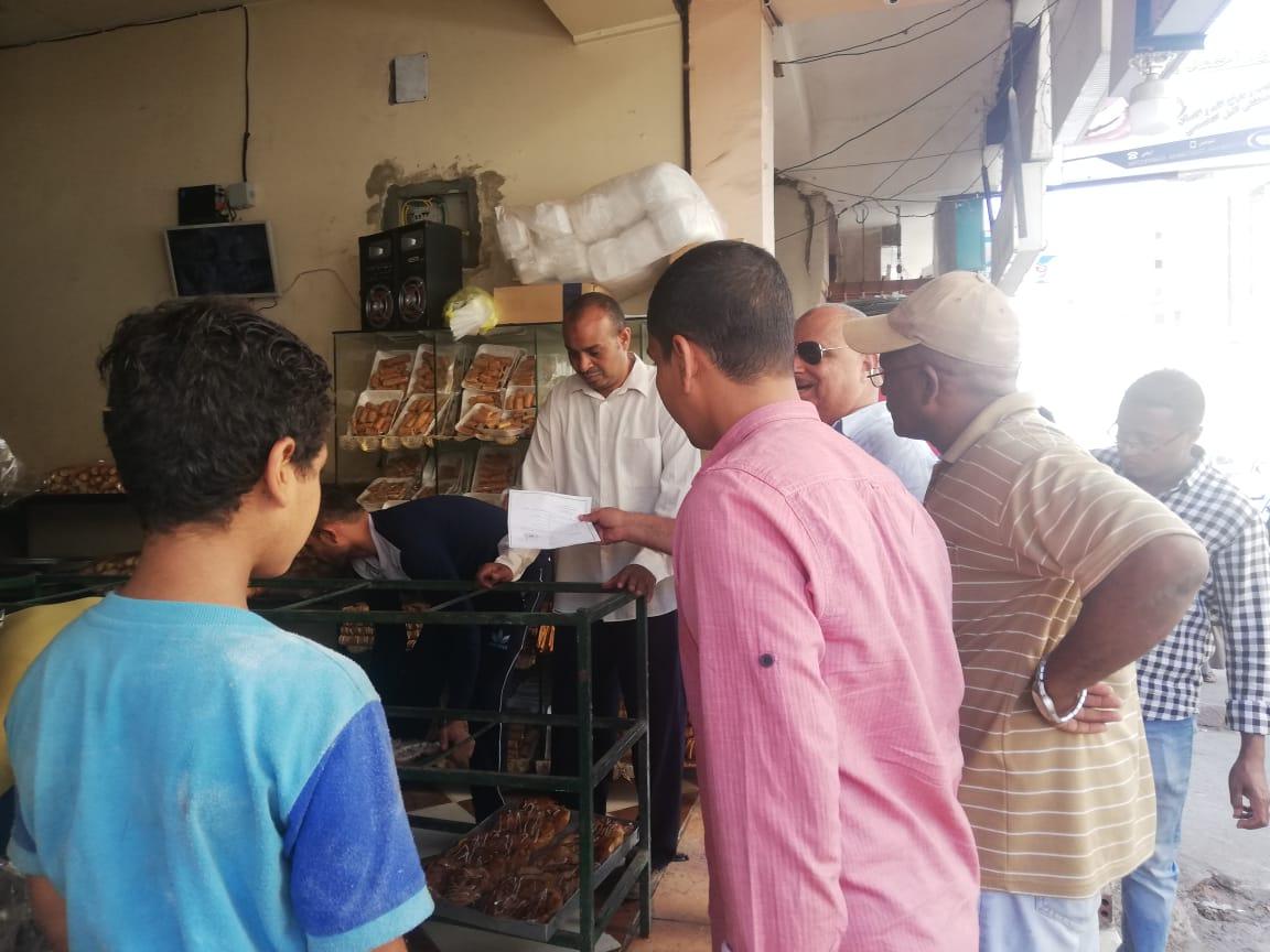 حملة مكبرة لإزالة الإشغالات وسط مدينة أسوان.. صور (3)