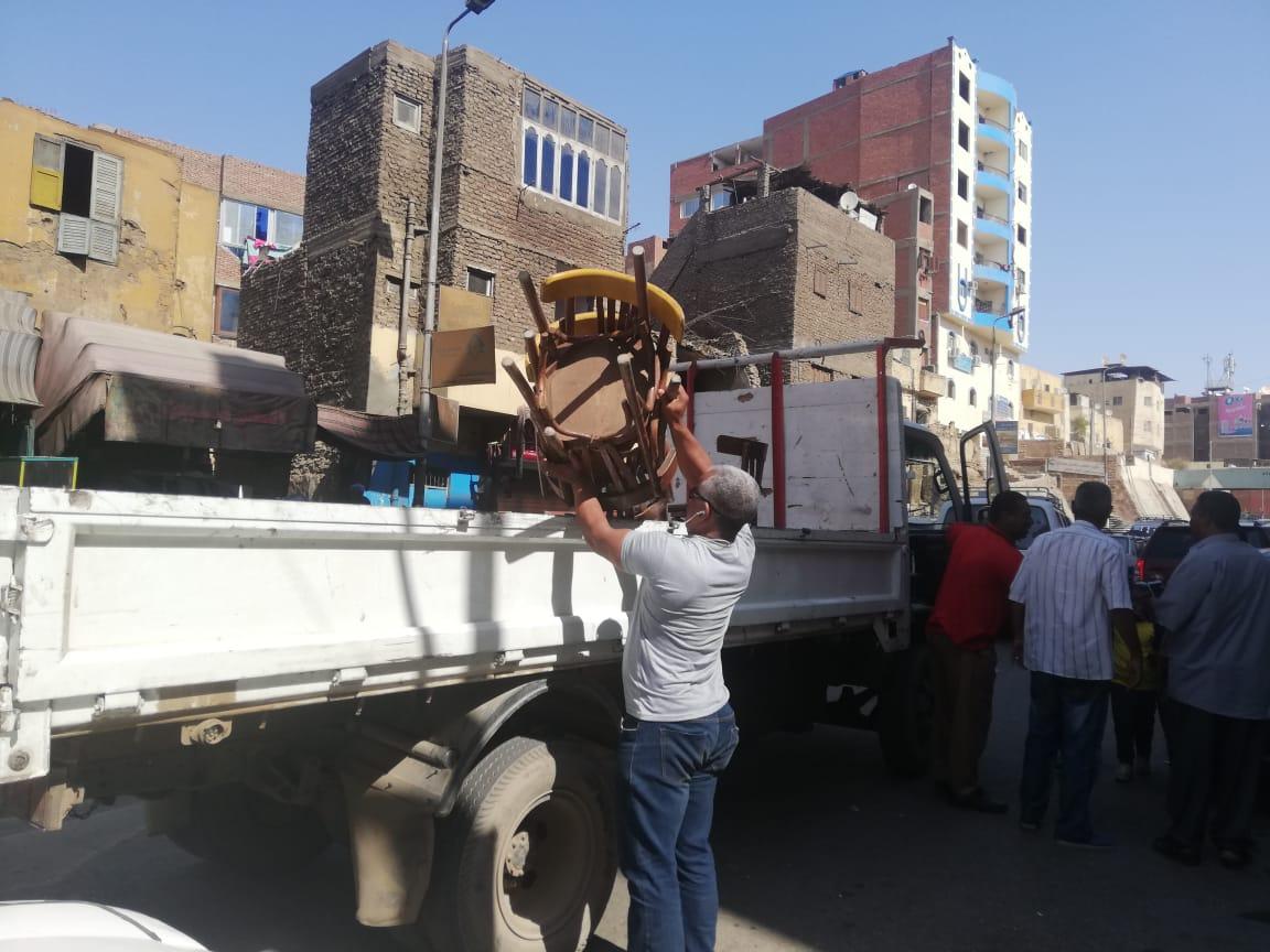 حملة مكبرة لإزالة الإشغالات وسط مدينة أسوان.. صور (1)