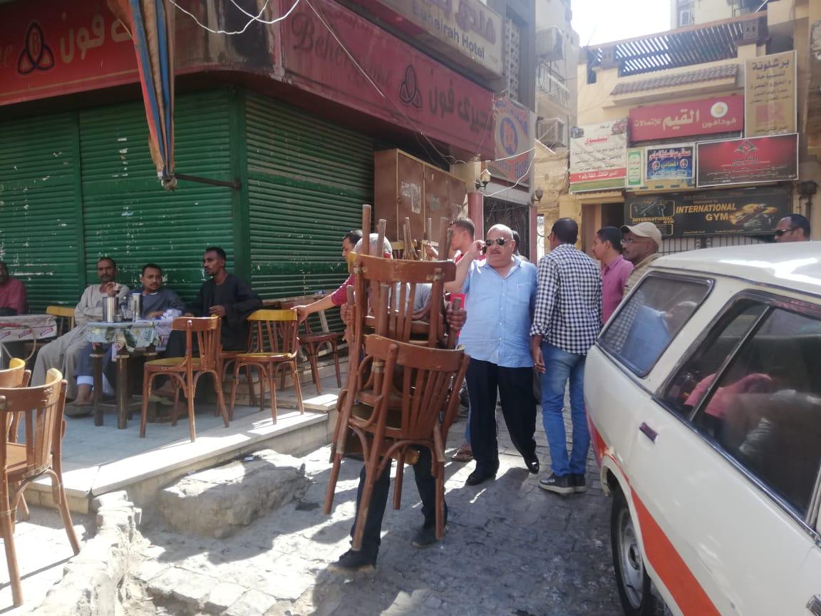 حملة مكبرة لإزالة الإشغالات وسط مدينة أسوان.. صور (5)