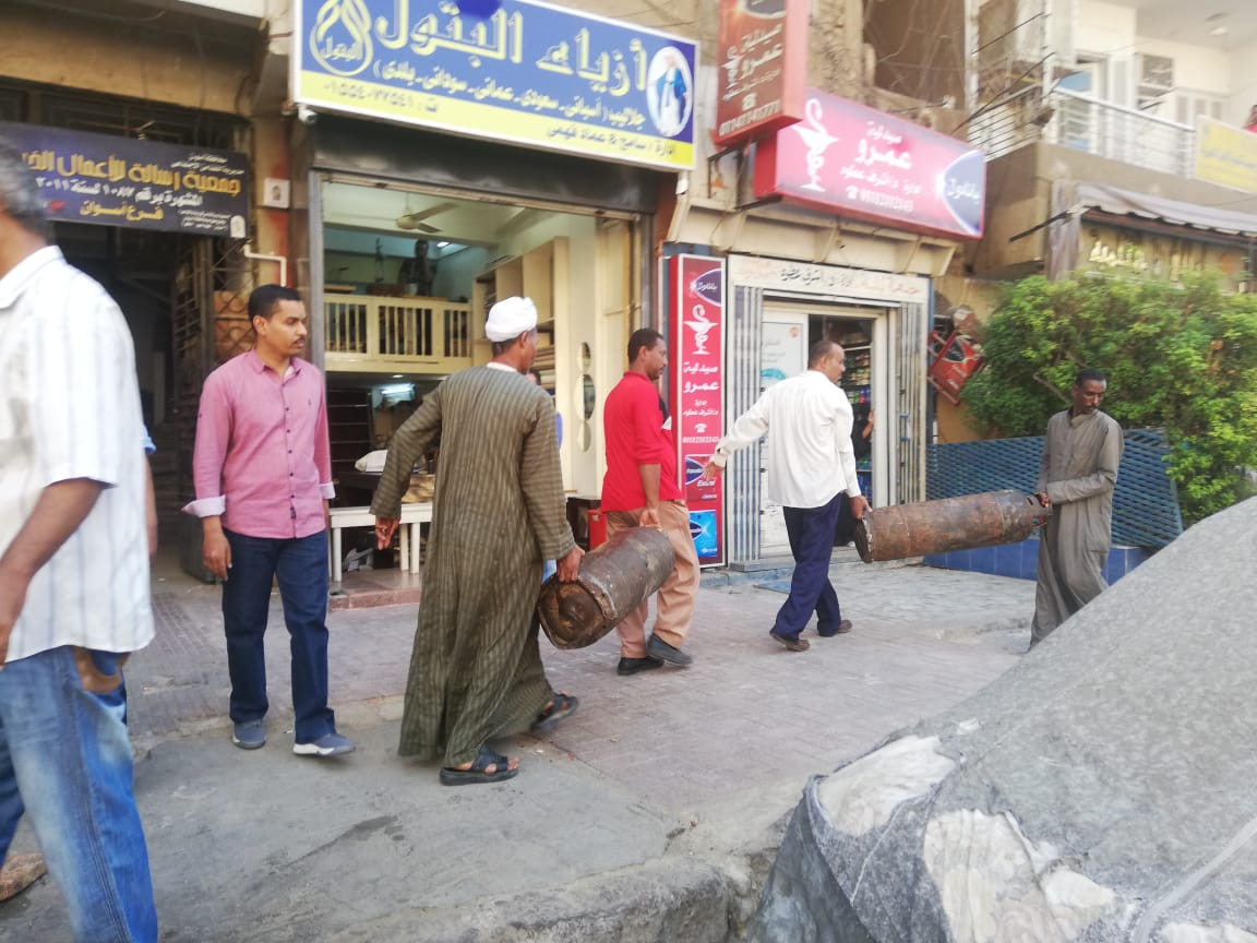 حملة مكبرة لإزالة الإشغالات وسط مدينة أسوان.. صور (4)