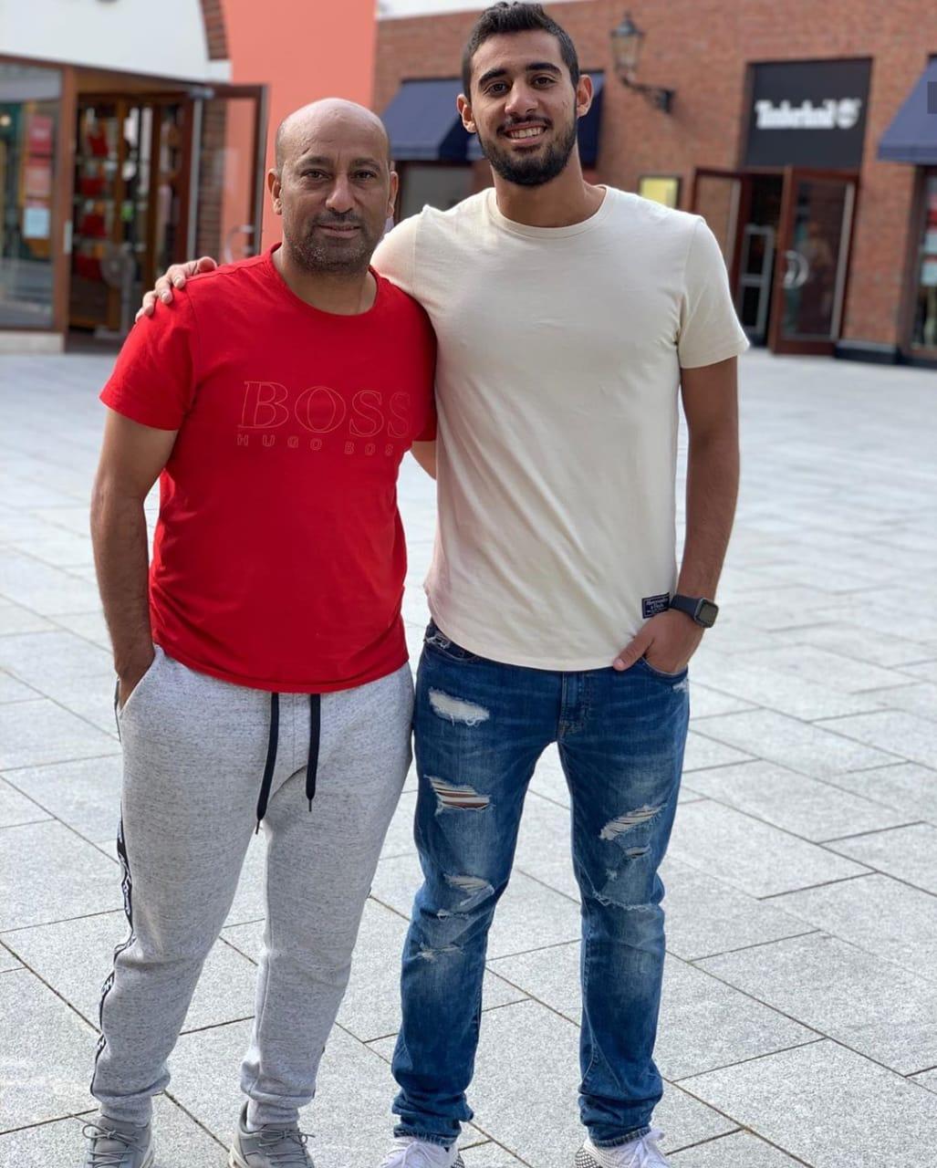 أحمد ياسر ريان مع والده