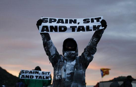 متظاهر-يحمل-لافتة-مناهضة-لأسبانيا