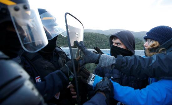 متظاهرون-أسبان-يقفون-بمواجهة-الشرطة-الفرنسية