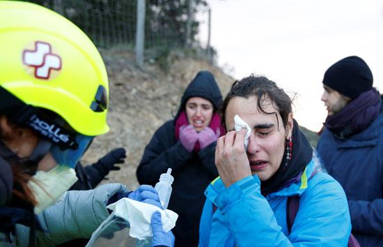 متظاهرة-تتلقى-العلاج-بعد-الاشتباك-مع-الشرطة-الفرنسية