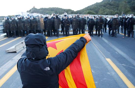مواطن-يرفع-علم-كاتالونيا-فى-مواجهة-الشرطة-الفرنسية