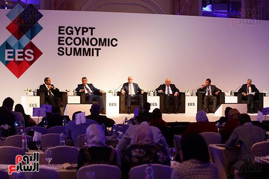 منصة جلسة الاستثمار بقمة مصر الاقتصادية  (18)