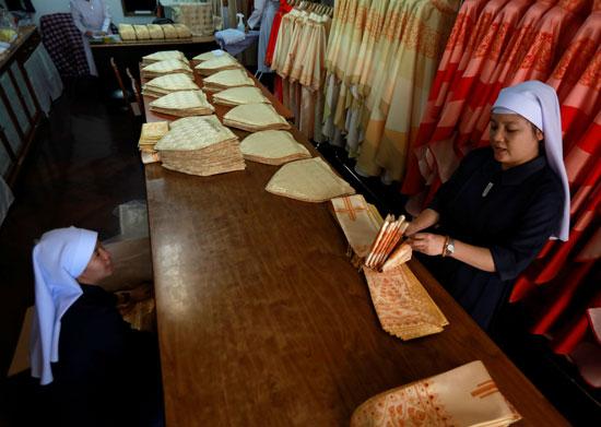 راهبة-تعمل-فى-حياكة-الملابس-الباباوية-الجديدة