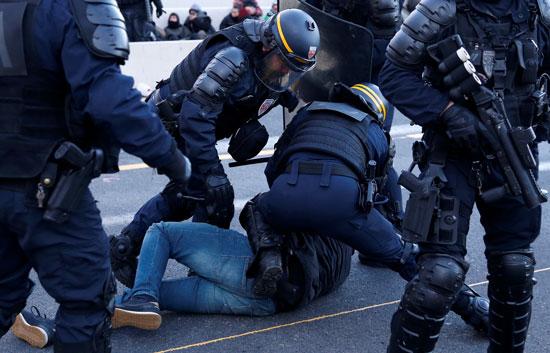 الشرطة-الفرنسية-تشتبك-مع-متظاهر