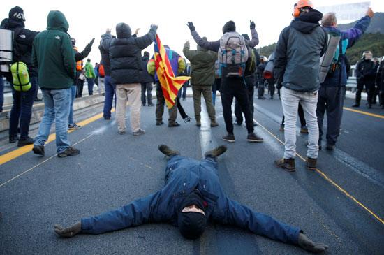 متظاهر-يفترش-الطريق