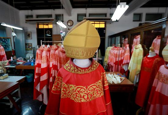 ملابس-البابا-تحمل-طبيعة-خاصة-لخصوصيتها-الدينية