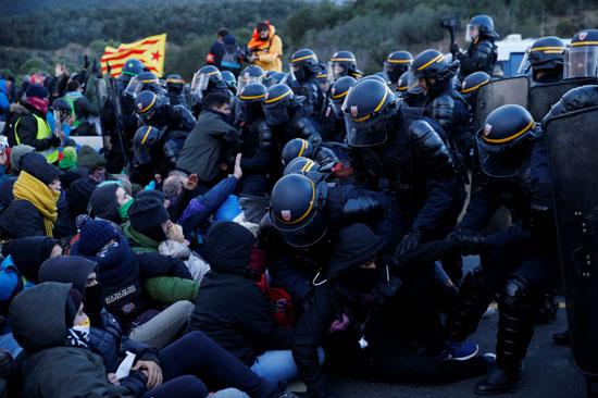 اشتباكات-بين-الشرطة-الفرنسية-ومتظاهرى-كاتالونيا
