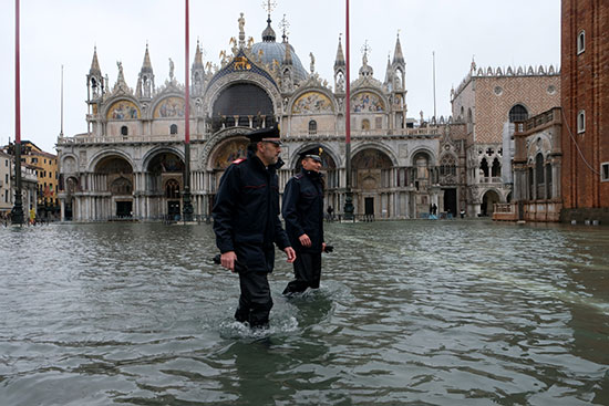 أفراد الأمن غارقون فى مياة الأمطار