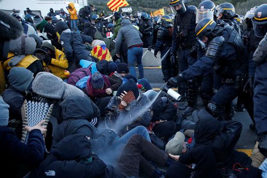 شرطى-يطلق-رذاذ-على-المتظاهرين