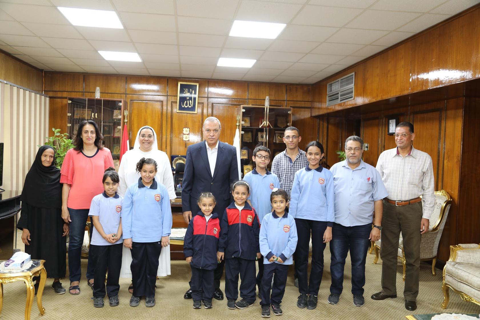 محافظ قنا مع وفد مدرسة الراهبات (1)