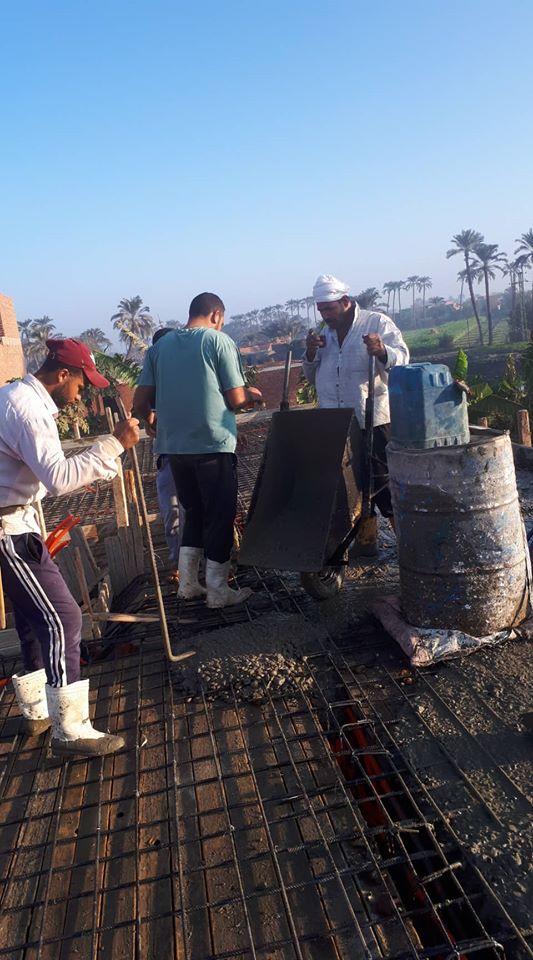 عمال يشاركون فى بناء المنزل